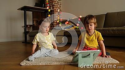 Dzieci oglądające filmy na tablecie zbiory wideo