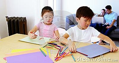 Dzieci robi pracie domowej podczas gdy rodzice relaksuje na kanapie zdjęcie wideo