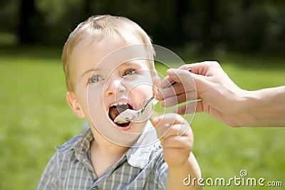 Dzieciak jeść jogurt