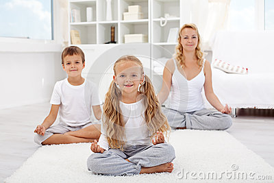 Dzieciaki robi joga relaksującemu ćwiczeniu