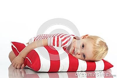 Dziecka lying on the beach z poduszką