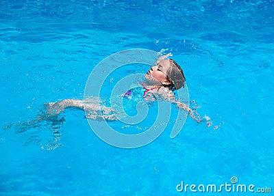 Dziecka pływacki backstroke