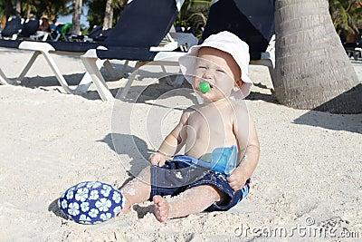 Dziecka plaży bawić się tropikalny