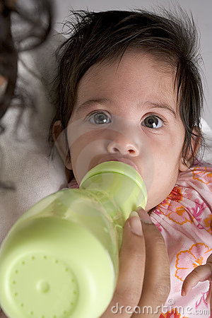 Dziecko butelka pije dziewczyny