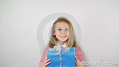 Dziecko figlarnie trzyma prezent nad głowa swobodny ruch zbiory