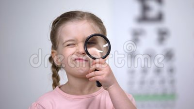 Dziecko probierczy wzrok z magnifier, diagnoza białkówka, wzrok choroba zbiory wideo