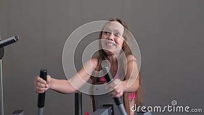 Dziecko szkoli się z trenerem, ładowaniem na ramionach i z tyłu Nastolatek klubu fitness uprawia sport Sport zdjęcie wideo