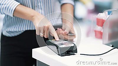 Dziewczyn ręki robią zakupowi z bank kartą używać elektronicznego układ scalonego, zwolnione tempo zbiory