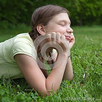 Dziewczyna cieszy się jej czas wolnego w naturze
