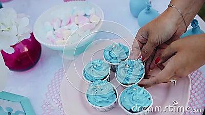 Dziewczyna dekoruje wakacje stół przesuwa torty od pudełek talerze eventide zbiory wideo