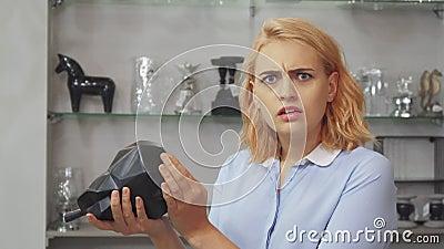 Dziewczyna jest nieszczęśliwa z ceną meblarscy dopasowania dla domu zbiory wideo