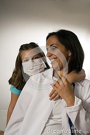 Dziewczyna Jest ubranym lekarki maskę Ściska pionowo