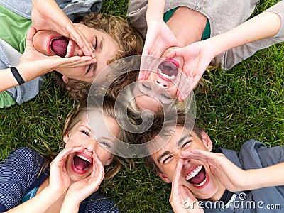 Dziewczyna krzyczy młode chłopaki