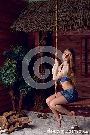 Dziewczyna na huśtawce przy plażą