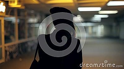 Dziewczyna nastolatek iść przy nocą w przejściu podziemnym zbiory