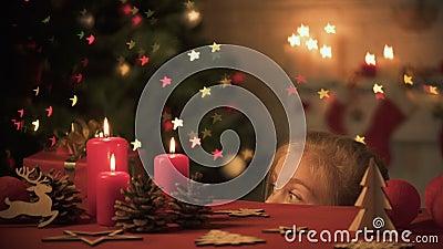 Dziewczyna przyglądająca za stole dekorował dla Bożenarodzeniowego świętowania, świąteczna atmosfera zbiory