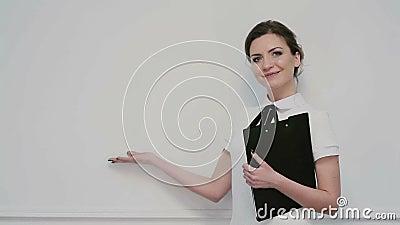 Dziewczyna reprezentuje produkt zdjęcie wideo