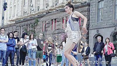 Dziewczyna tańcząca śniadanie na ulicy Wolny ruch Kijów Ukraina