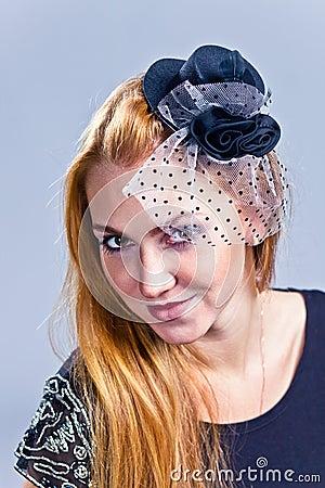 Dziewczyna w kapeluszu z przesłoną