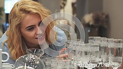Dziewczyna wybiera nowych wineglasses dla domu zbiory