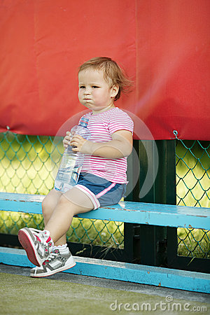Dziewczyna z butelką woda mineralna