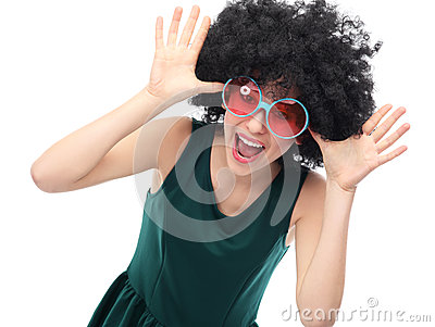 Dziewczyna z czarnymi okularami przeciwsłoneczne i afro