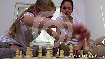 Dziewczyna z macierzystym pobliskim chessboard zdjęcie wideo