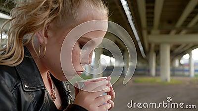 Dziewczyna Zimno Zamrożona Gorąca Kawa Na Zewnątrz zbiory