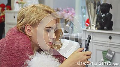 Dziewczyna zobaczył coś zaskakiwać w jej telefonie zdjęcie wideo