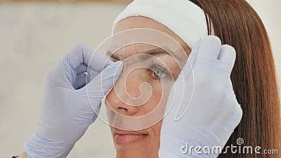 Dziewczyny beautician oceny z pomocą nicianego brew tatuażu Stały makeup Stały tatuować brwi zbiory wideo