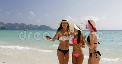 Dziewczyny Na Plażowej Bierze Selfie fotografii Na komórka Mądrze telefonie, Rozochoconych kobietach W bikini i Słomianych kapelu zbiory