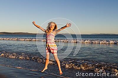 Dziewczyny plażowy doskakiwanie