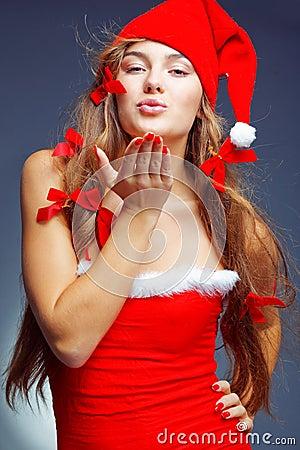 Dziewczyny pomagiera całowanie Santa