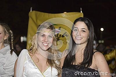 Dziewczyny przy Halloweenową paradą Obraz Editorial