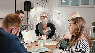 Żeński lider donosząca zła wiadomość firma rozwój, everyone jest wzburzona biznes drużyna w nowożytnym początkowym biurze zdjęcie wideo