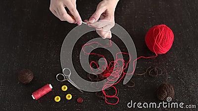 Żeńskie ręki zaczynają szydełkowanie zbiory
