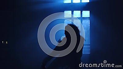 Żeńskiej sylwetki dancingowy rówieśnik w backlight blask księżyca od okno zdjęcie wideo