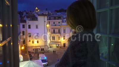 E 在街道上的救护车汽车 激动的少妇看她的房子窗口  影视素材