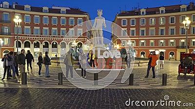 Фонтан дю Солей с мраморной статуей Аполло украшена установкой хештега Я люблю приятно видеоматериал