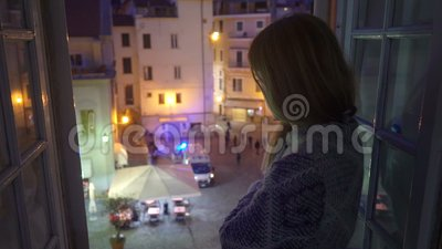 E Carro da ambulância na rua A jovem mulher entusiasmado olha para fora a janela de sua casa vídeos de arquivo
