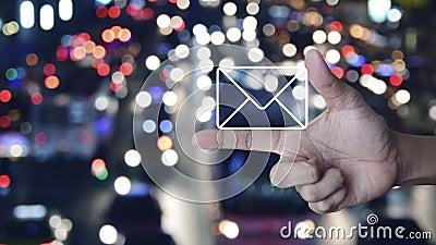 E-Mail-Flachbild-Ikone auf dem Finger über verwischte farbige Nachtlicht Stau Straße mit Autos in der Stadt, Business-Kontakt-Kon stock video