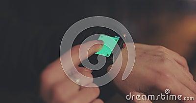 Γυναίκα που χρησιμοποιεί τη συσκευή τεχνολογίας φορητού υπολογιστή με οθόνη αφής Έξυπνη σχεδίαση πράσινης οθόνης Νέα γυναίκα που  απόθεμα βίντεο