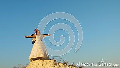 Fijne bruid en bruidedroom over vliegen liefdevol stel op witte bergen houdt handen vast en vliegt tegen blauwe lucht Honeymoon stock video