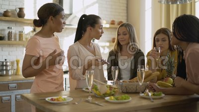 5 vriendinnen die op speakerphone praten vrouwen zweren aan de telefoon om een probleem op te lossen Het begrip 'vriendschap tuss stock footage