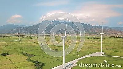 Turbina wiatrowa na stacji wiatrowej Alternatywne źródło naturalne i ochrona ekologii Krajobraz powietrzny farm wiatrowych zbiory