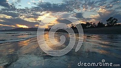 East Beach Santa Barbara Sonnenuntergang über dem Sand stock video