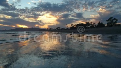 East Beach Santa Barbara Sunset acima da areia video estoque