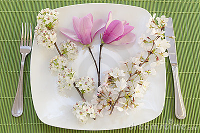 Easter place setting with spring flowers