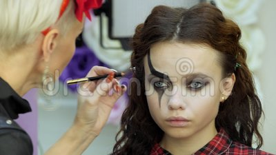 easy halloween makeup girl in a beauty salon applying a