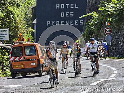 Ciclistas aficionados en los caminos del Tour de France del Le Imagen editorial